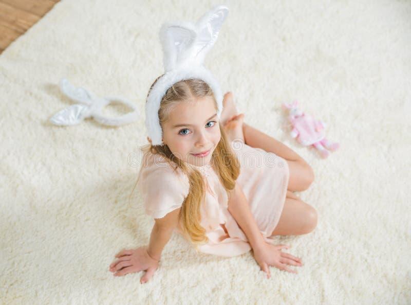Ragazza in orecchie del coniglietto fotografia stock libera da diritti