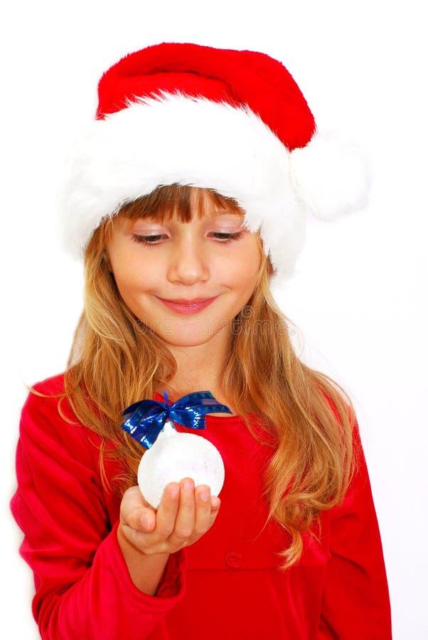 ragazza in panno della Santa con la sfera di natale a disposizione fotografie stock libere da diritti