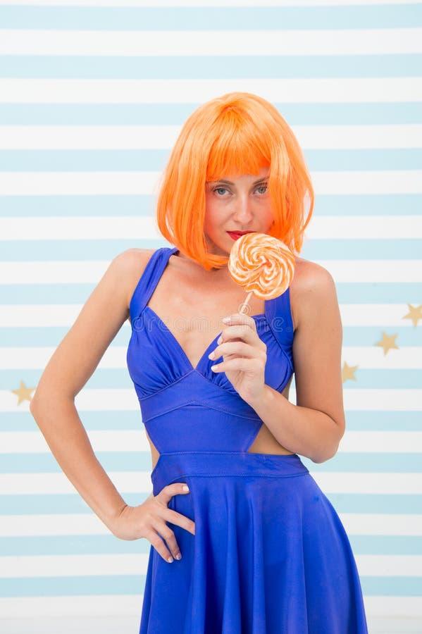 Ragazza pazza con la lecca-lecca pubblicità del negozio della caramella della lecca-lecca ragazza pazza con capelli arancio alla  fotografia stock