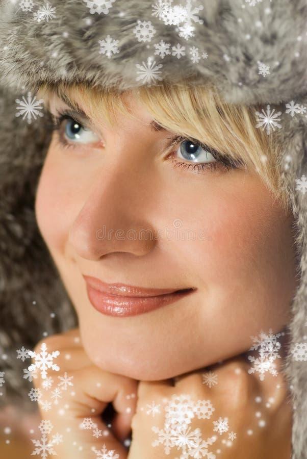 Ragazza in pelliccia-protezione di inverno immagini stock