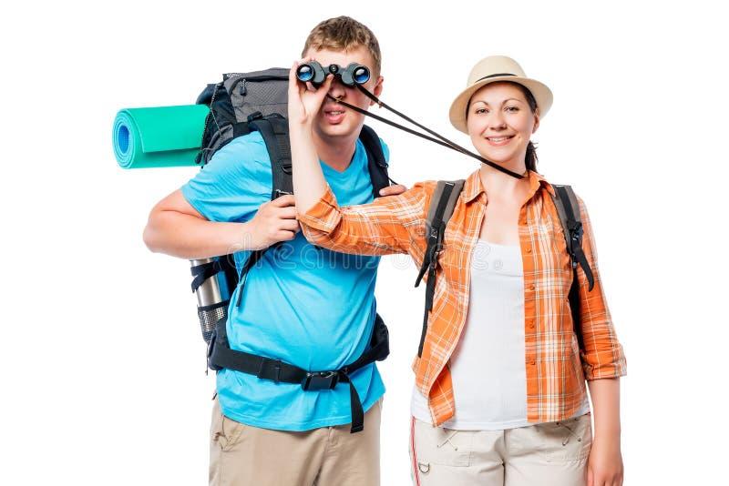 Ragazza per equipaggiare le elasticità uno sguardo tramite il binocolo su un bianco fotografia stock