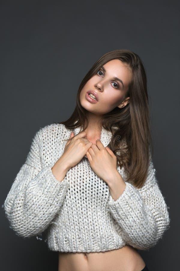 Ragazza perfetta nel modo e nella bellezza bianchi del primo piano del maglione immagini stock libere da diritti