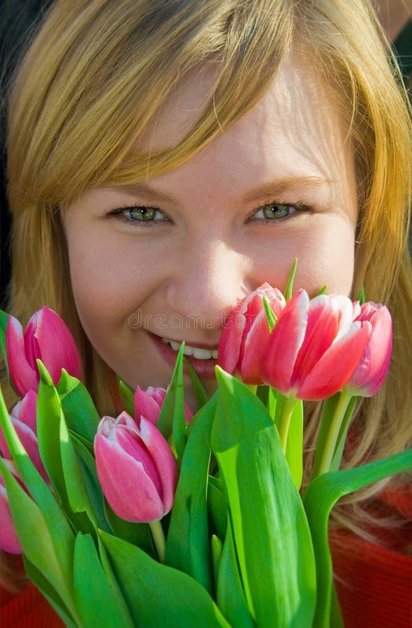 Ragazza piacevole con il mazzo dei tulipani fotografia stock libera da diritti