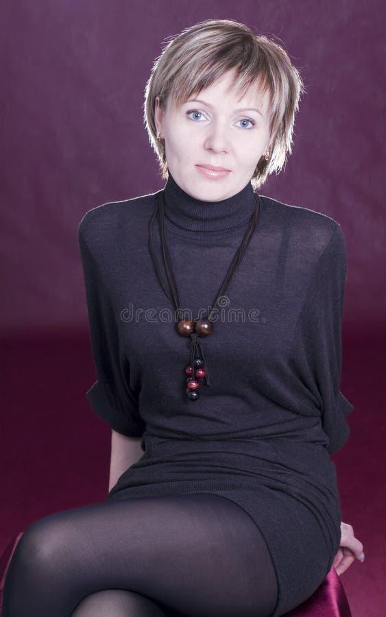 ragazza piacevole in un miniskirt del vestito fotografia stock