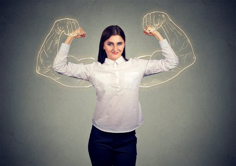 Ragazza potente che flette i suoi muscoli fotografie stock