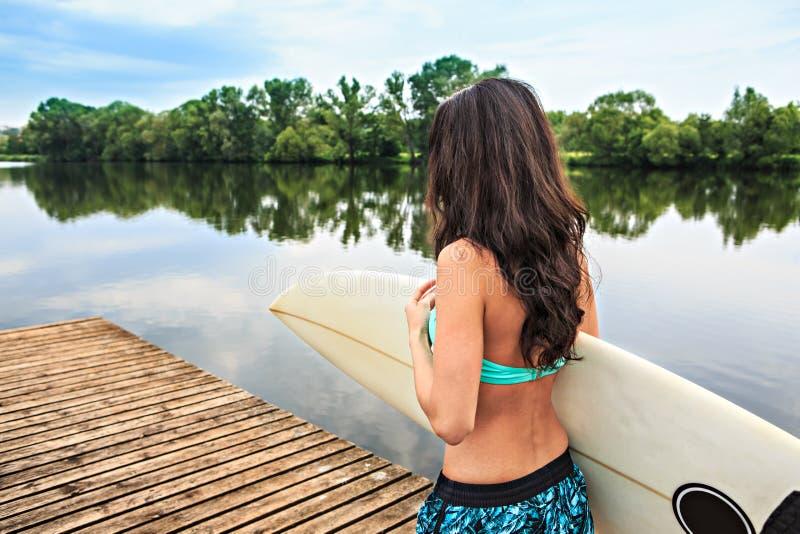 Ragazza praticante il surfing fotografie stock libere da diritti