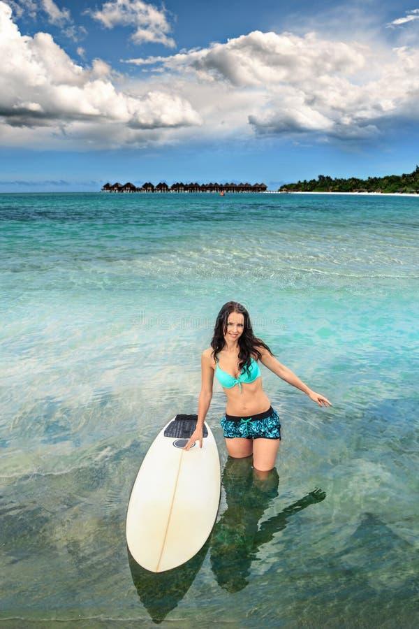Ragazza praticante il surfing fotografia stock libera da diritti