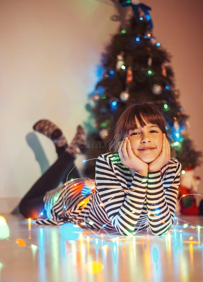 Ragazza prima dell'albero di Natale immagini stock