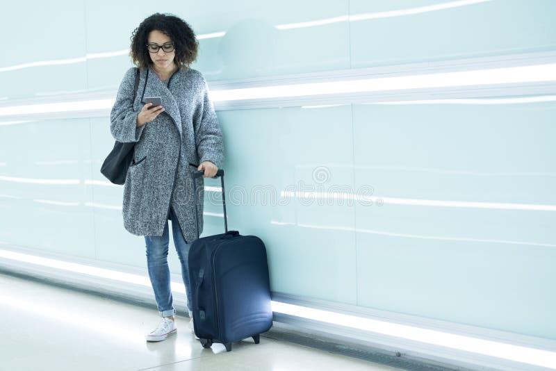 Ragazza pronta a andare sulla vacanza facendo uso del viaggio app fotografie stock