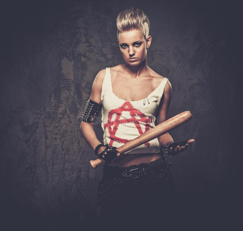 Ragazza punk con un pipistrello immagini stock libere da diritti