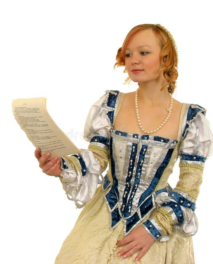 Ragazza Red-haired che legge il documento fotografia stock libera da diritti