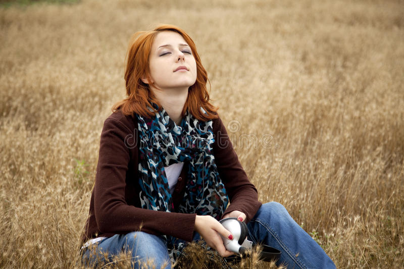 Ragazza red-haired triste sola al campo fotografie stock