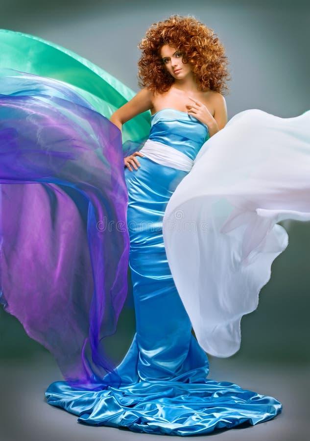 Ragazza redheaded di bellezza in vestito da modo fotografia stock libera da diritti