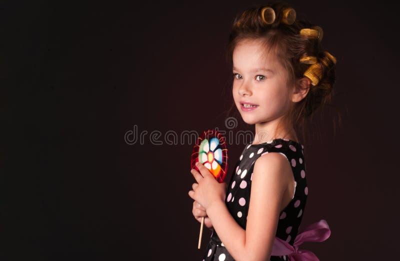 Ragazza riccia con il lollipop fotografia stock libera da diritti