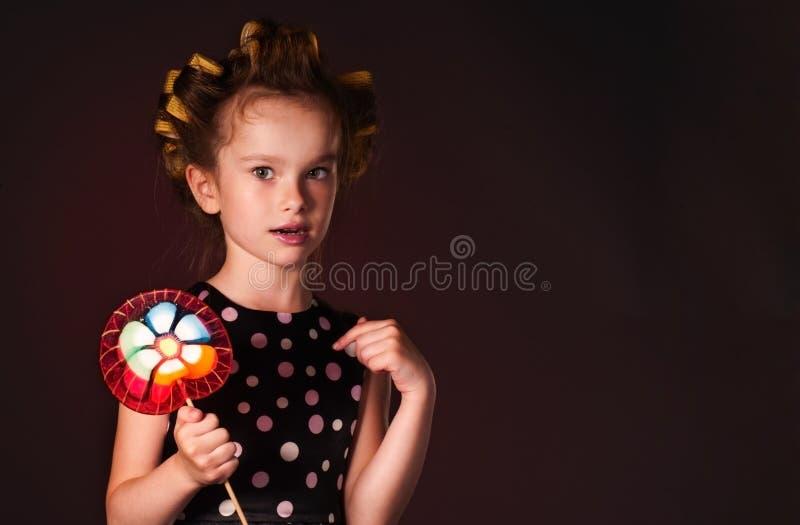 Ragazza riccia con il lollipop immagini stock libere da diritti