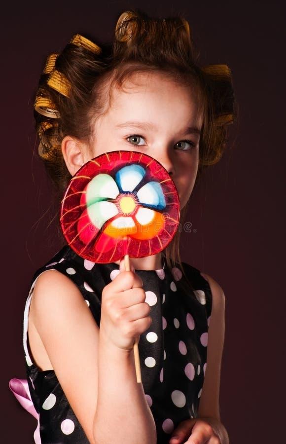 Ragazza riccia con il lollipop fotografia stock