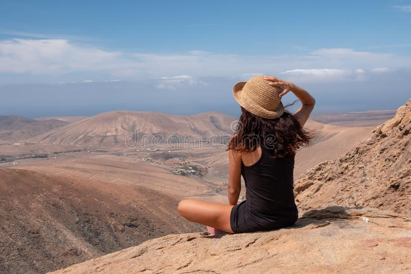 Ragazza rilassata che esamina un paesaggio dalla cima di una montagna fotografia stock libera da diritti