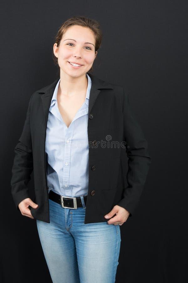 Ragazza in rivestimento e jeans neri con capelli legati fotografia stock