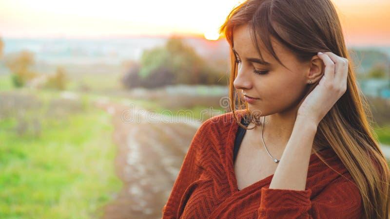 Ragazza romantica di bellezza all'aperto che gode della natura Bello modello di autunno in natura nei raggi del tramonto Luce di  immagine stock