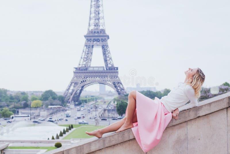 Ragazza romantica a Parigi, donna di modo vicino alla torre Eiffel immagini stock libere da diritti
