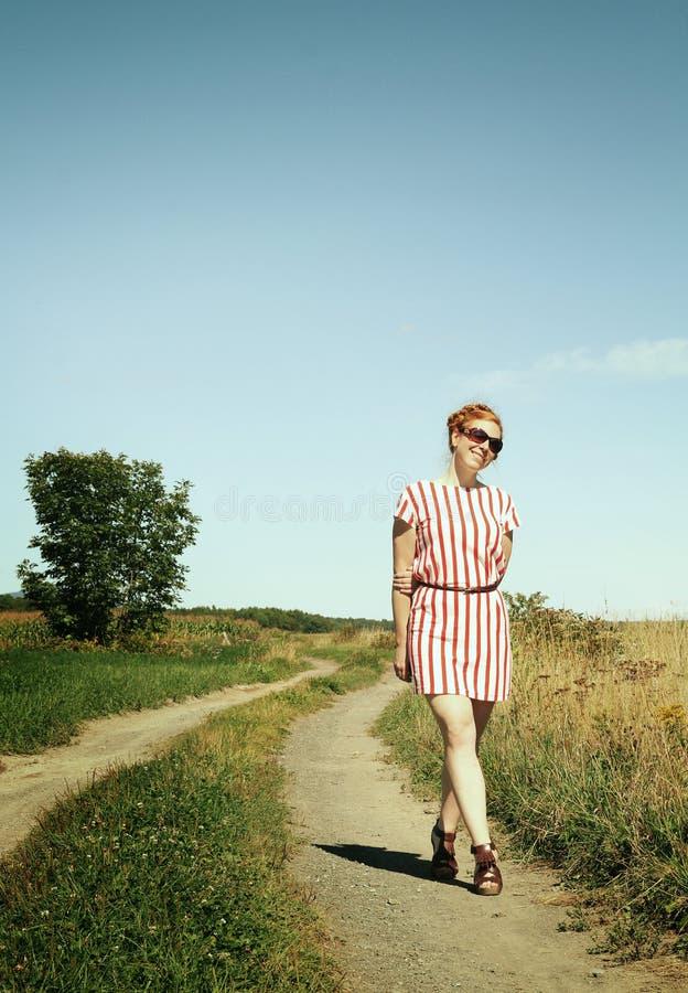 Donna in un percorso fotografia stock