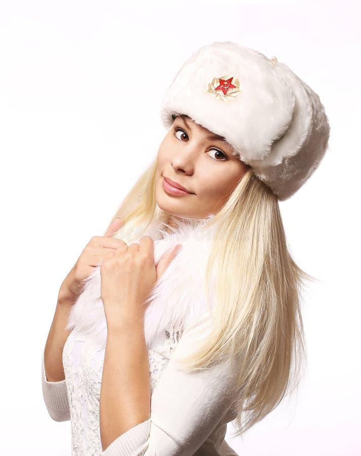 Ragazza russa che porta cappello militare isolato su bianco fotografia stock libera da diritti