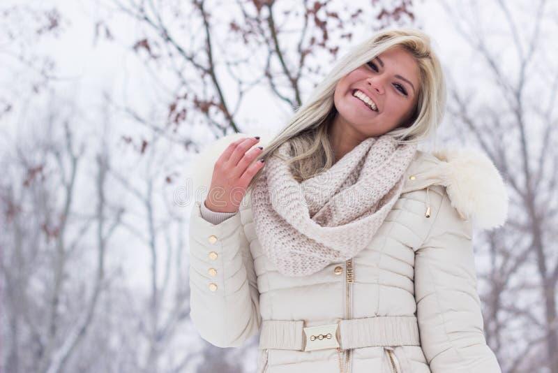 Ragazza schietta in vestiti di inverno immagine stock libera da diritti