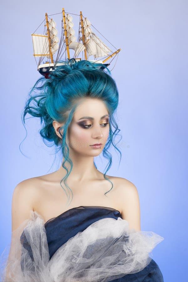 Ragazza sensuale con le spalle nude e la st blu dipinta dei capelli fotografie stock