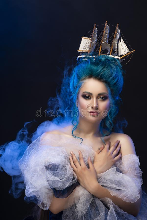Ragazza sensuale con le spalle nude e la st blu dipinta dei capelli immagine stock libera da diritti