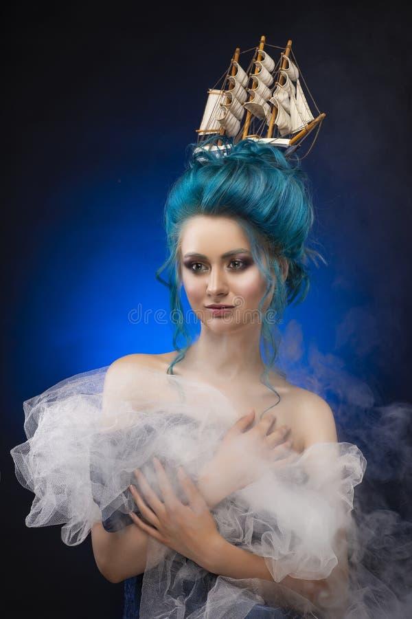 Ragazza sensuale con le spalle nude e la st blu dipinta dei capelli fotografia stock libera da diritti