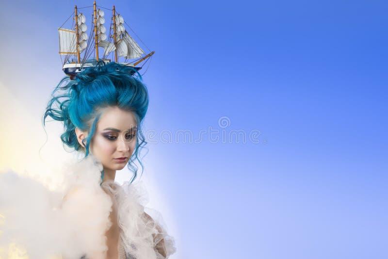 Ragazza sensuale con le spalle nude e la st blu dipinta dei capelli immagini stock