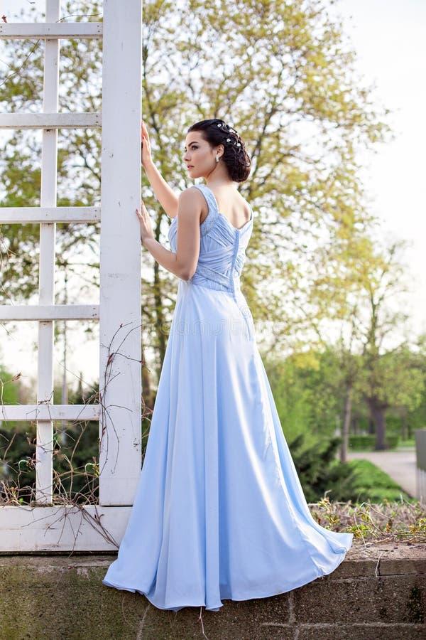 Ragazza sensuale di modo in vestito blu all'aperto fotografie stock