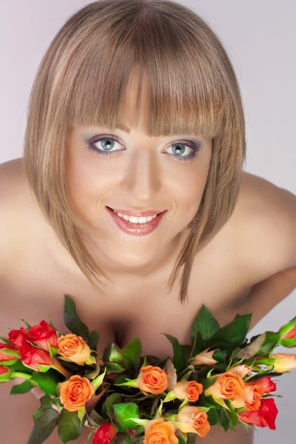 Ragazza sessuale con un mazzo delle rose fotografia stock