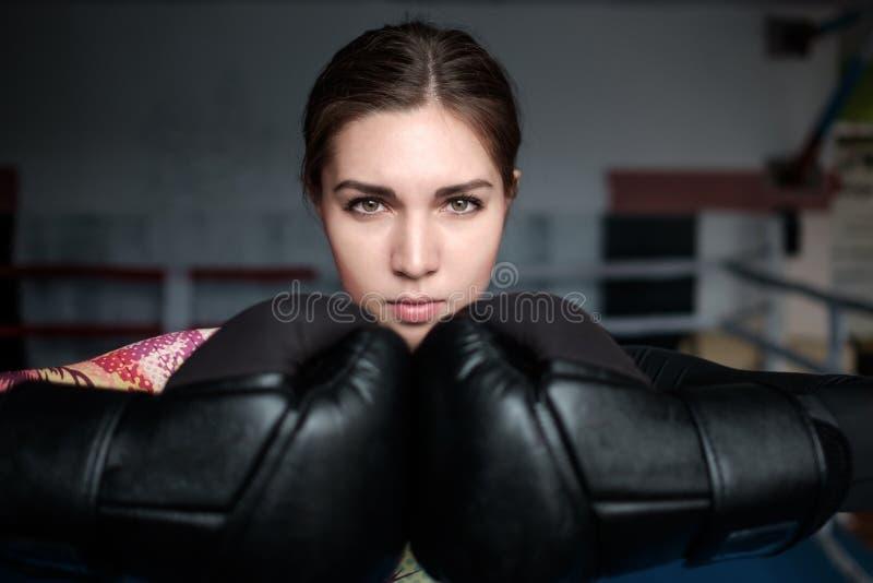 Ragazza sexy adulta giovane di pugilato che posa con i guanti immagine stock libera da diritti