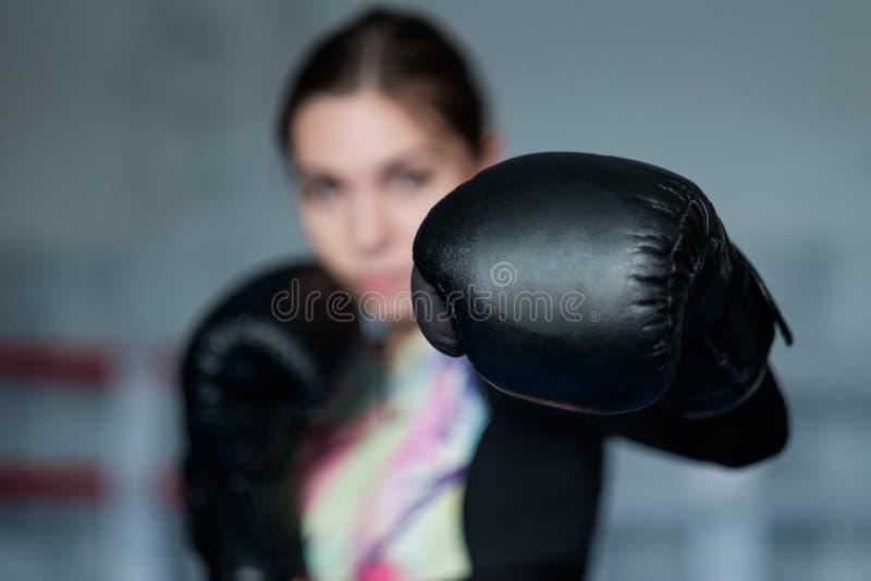 Ragazza sexy adulta giovane di pugilato che posa con i guanti fotografia stock
