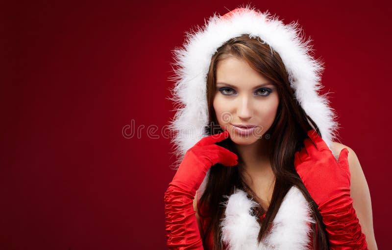 Ragazza sexy che porta i vestiti del Babbo Natale sulla r fotografia stock libera da diritti