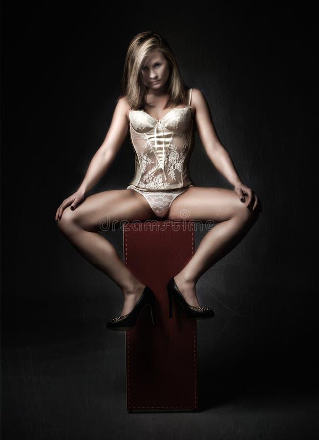 Download Ragazza Sexy Che Posa Con Le Gambe Aperte Immagine Stock - Immagine di persona, femmina: 56879133