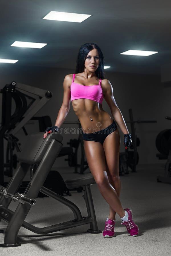 Ragazza sexy che riposa dopo la formazione Donna di forma fisica nello sport w fotografie stock libere da diritti