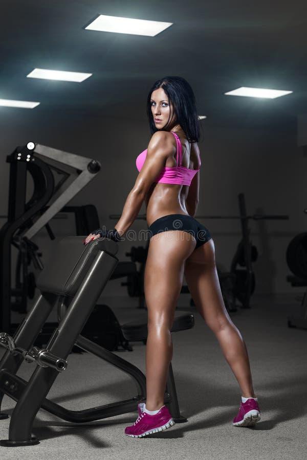 Ragazza sexy che riposa dopo la formazione Donna di forma fisica nello sport w fotografia stock libera da diritti