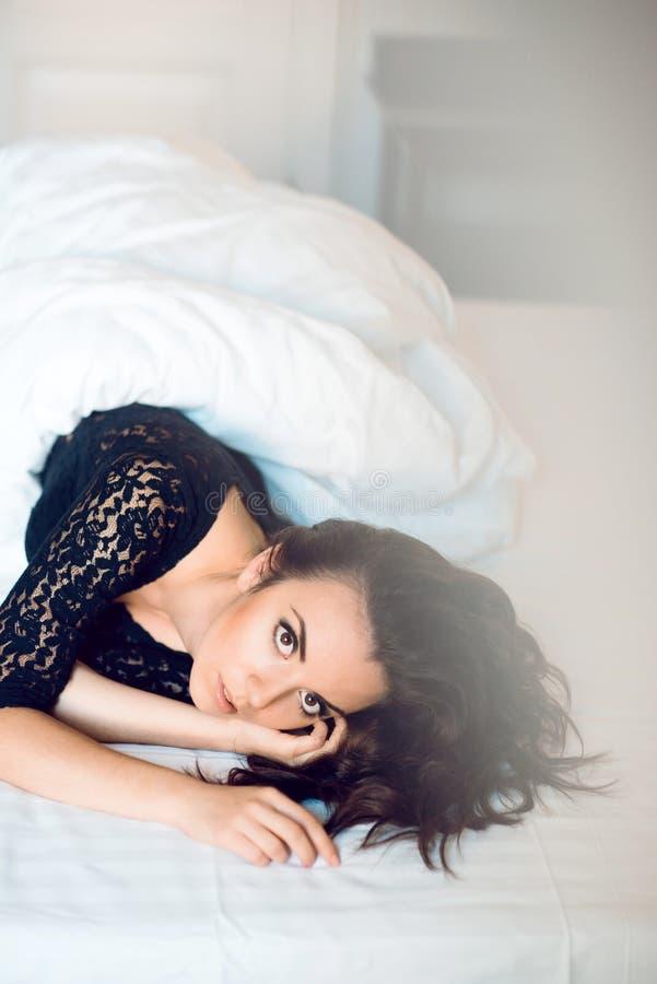 Ragazza sexy con capelli ricci lunghi e bei gli occhi neri, vestiti fotografia stock libera da diritti