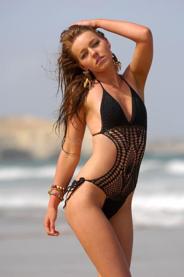 Ragazza sexy del brunette sulla spiaggia fotografie stock libere da diritti