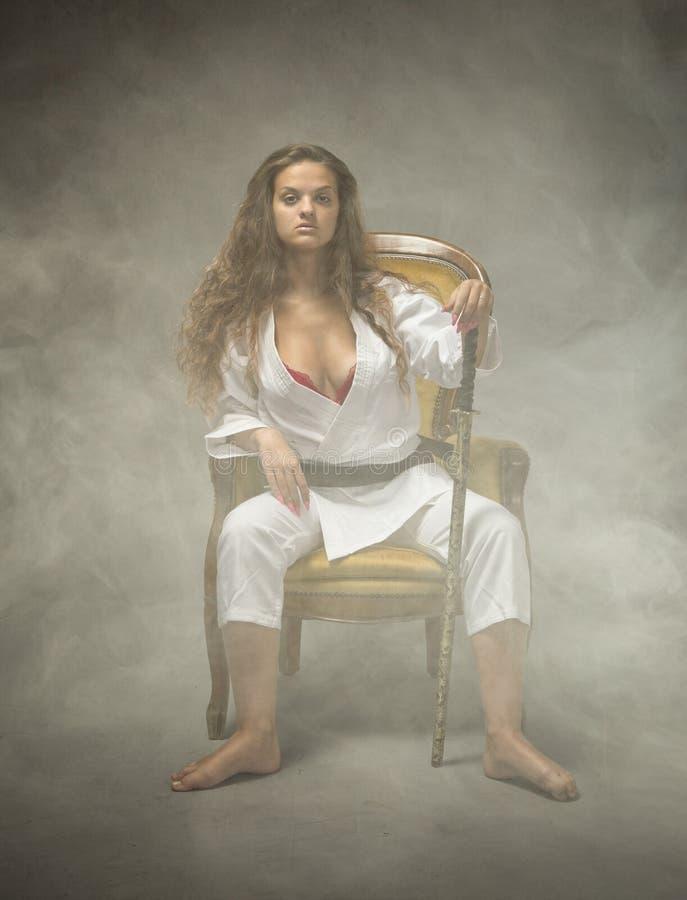 Ragazza sexy di judo che si siede sul sofà fotografie stock