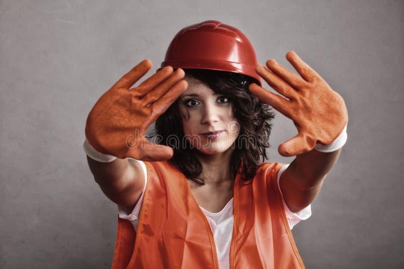 Ragazza sexy nel fanale di arresto di rappresentazione del casco di sicurezza fotografie stock libere da diritti