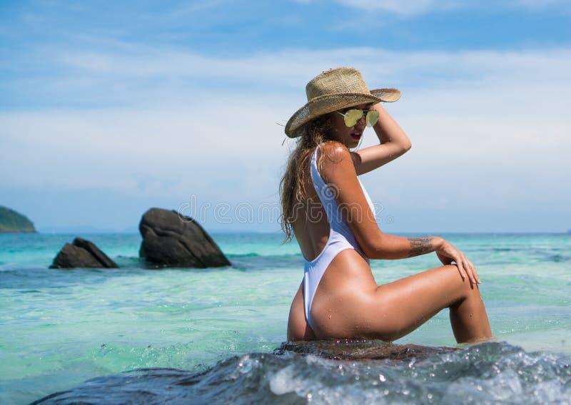 Ragazza sexy in spiaggia tropicale di paradiso fotografie stock