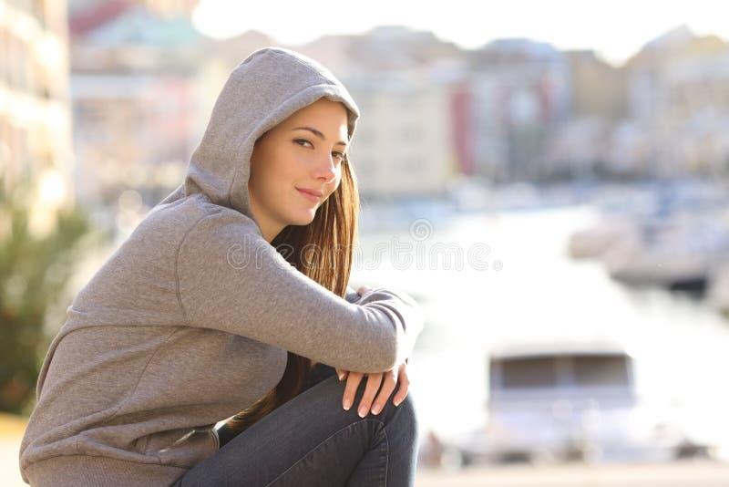 Ragazza sicura dell'adolescente che esamina macchina fotografica in una città della costa immagine stock libera da diritti
