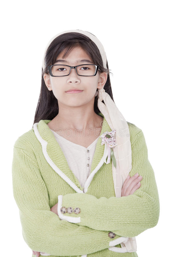 Ragazza sicura e unsmiling in maglione verde e vetri immagini stock