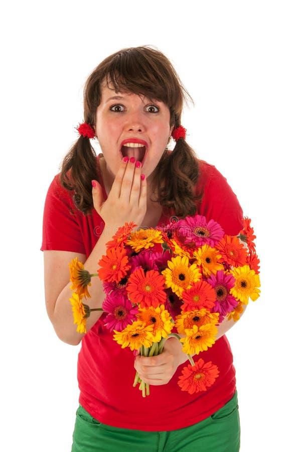 Ragazza soddisfatta dei fiori fotografia stock