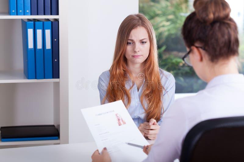 Ragazza sollecitata su un'intervista di lavoro immagine stock libera da diritti