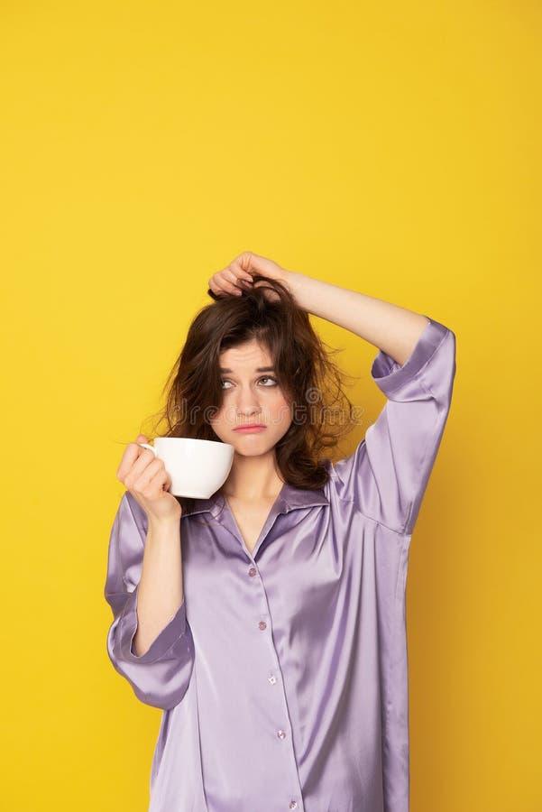 Ragazza sonnolenta infastidita con la tazza di caff fotografia stock