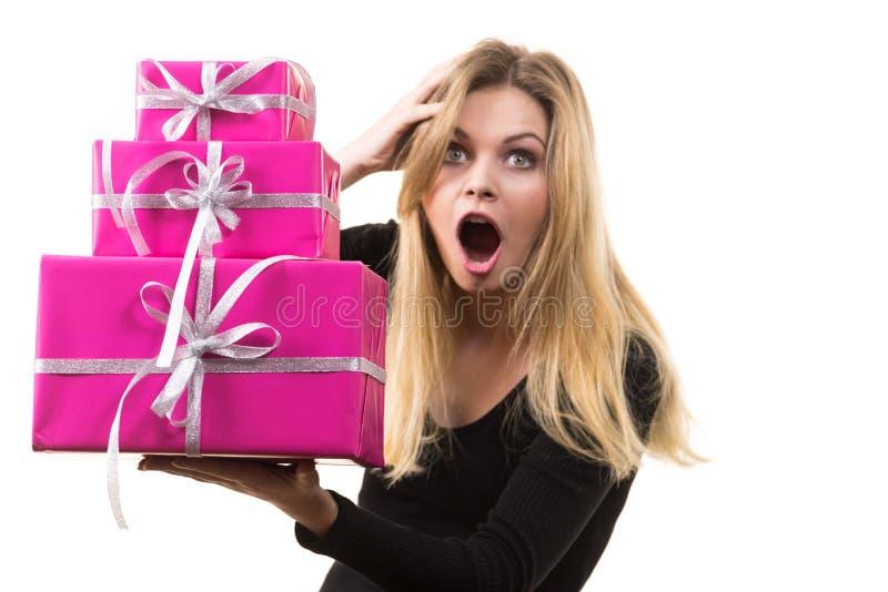 Ragazza sorpresa con i contenitori di regalo rosa immagine stock libera da diritti